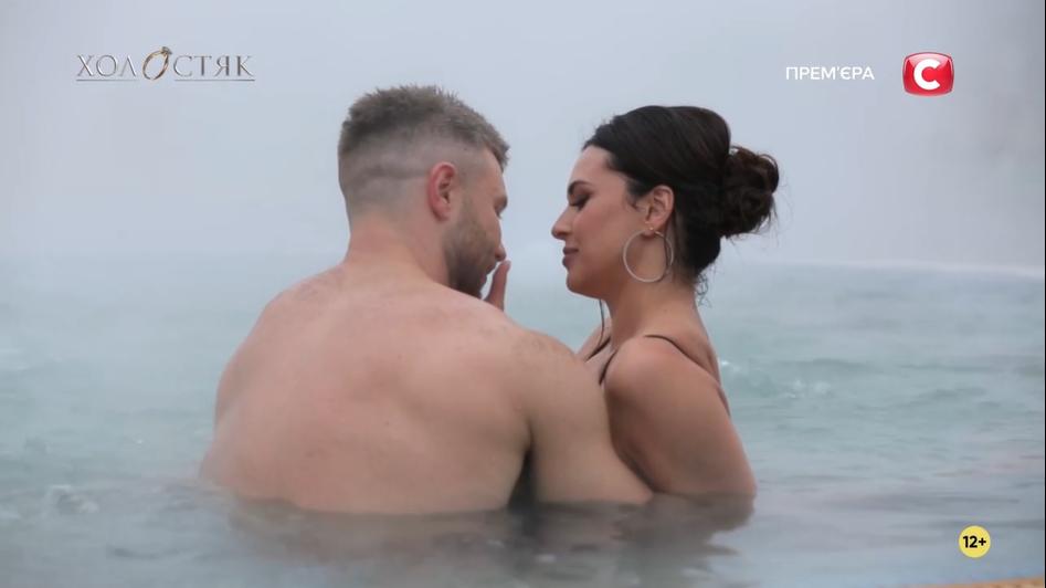 Интимное свидание Михаила и Джессики в бассейне