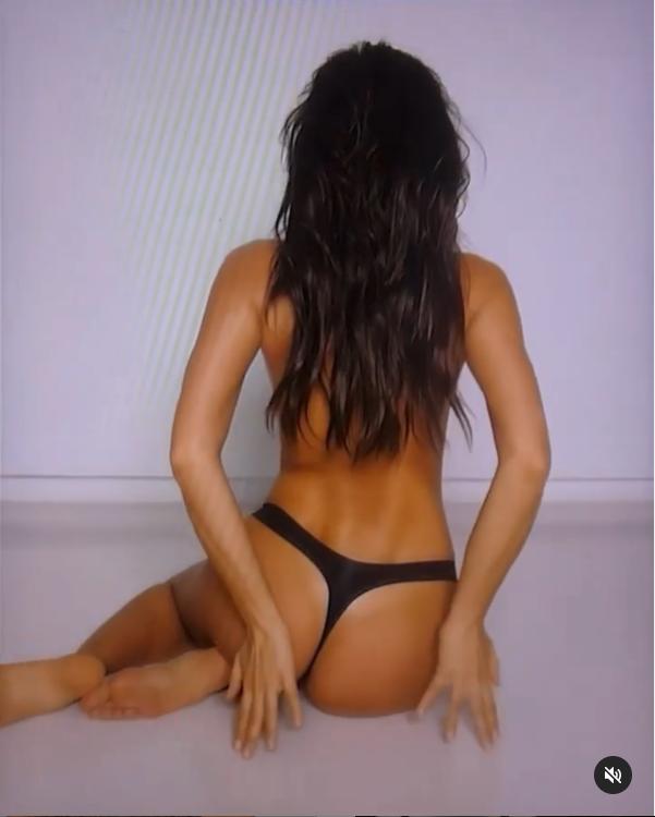 Ирина Шейк сексуально позирует на камеру