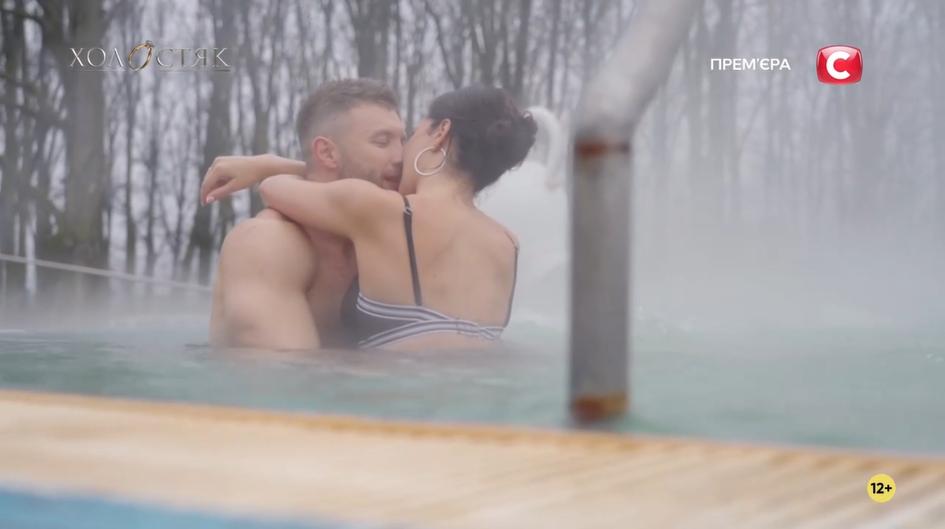 Михаил и Джессика целуються в бассейне