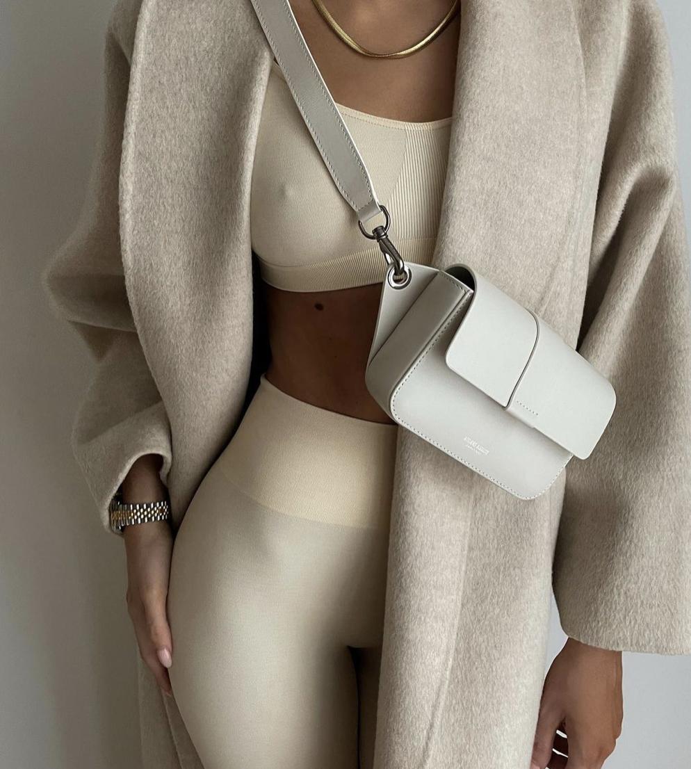 Модницы сочетают лосины и топ с оверсайз жакетом.