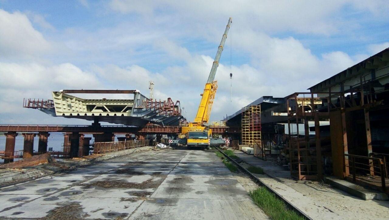 За допомогою плавучого крана Lifting LK-800 було встановлено на тимчасові опори першу 720-тонну секцію довжиною 84 метри