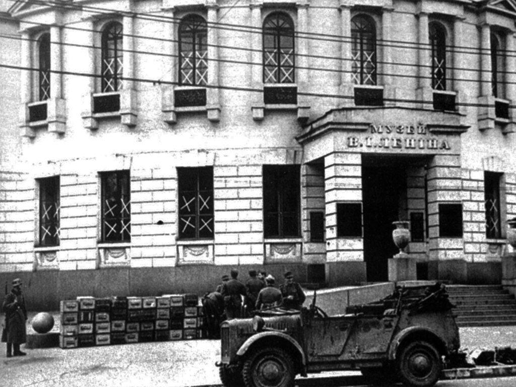 Ящики с обезвреженными минами возле музея Владимира Ленина.