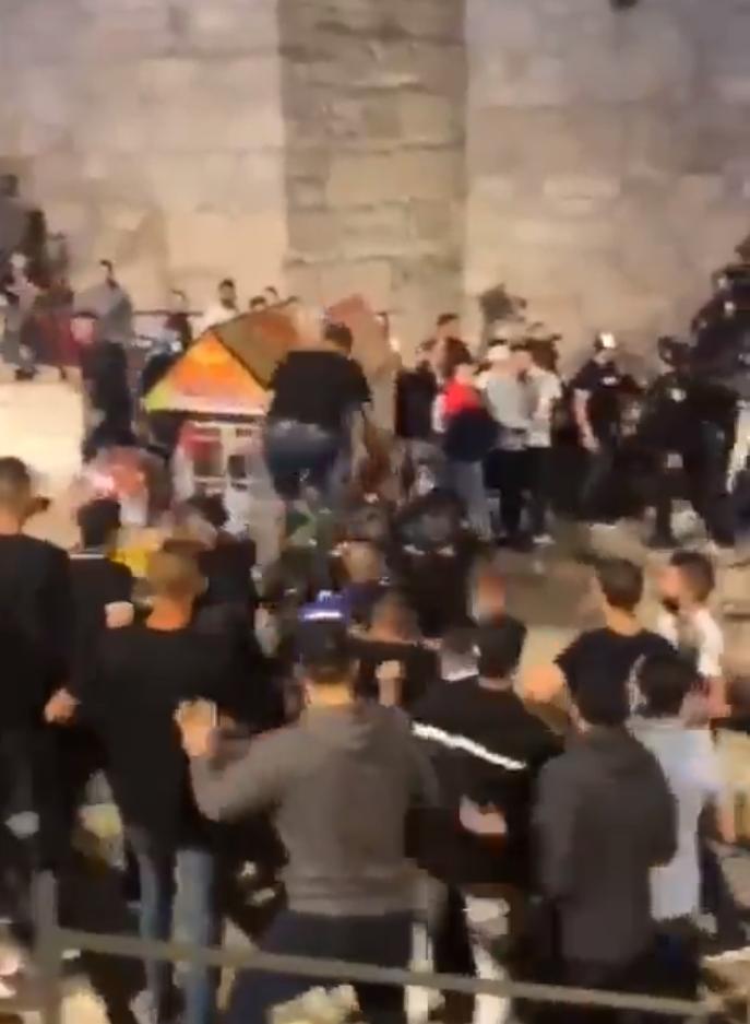 Столкновения происходили между палестинцами и полицией.