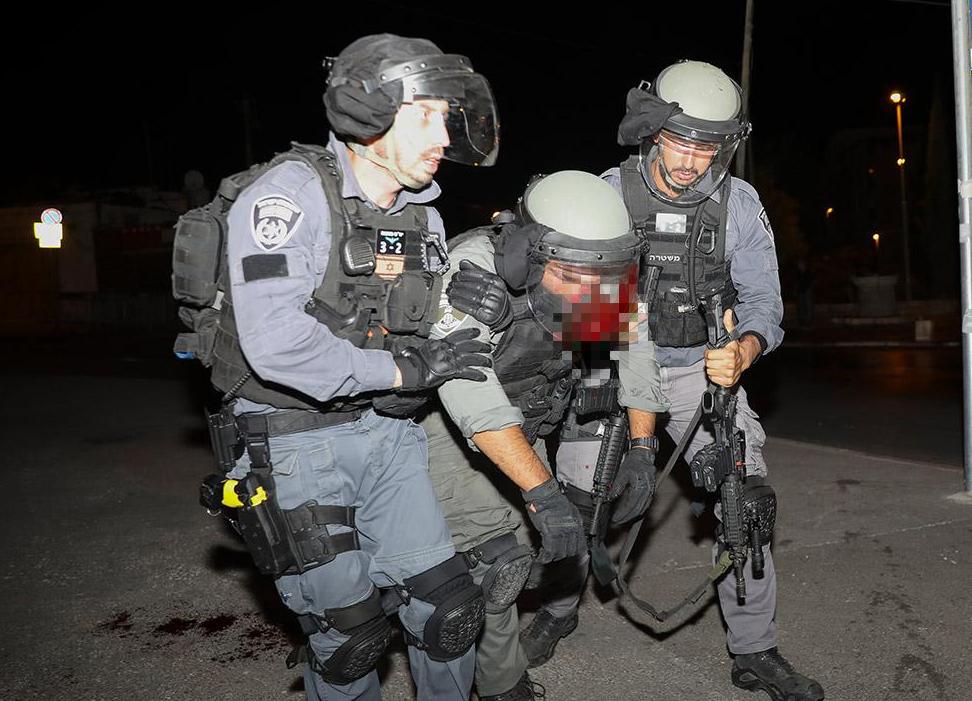 Среди правоохранителей пострадали 12 человек.