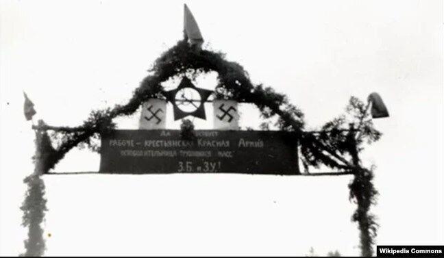 """""""Арка Перемоги"""" зі свастикою та червоною зіркою у день спільного параду Вермахту і Червоної армії після вторгнення на територію Польщі військ Німеччини та СРСР. Брест, 22 вересня 1939 року"""
