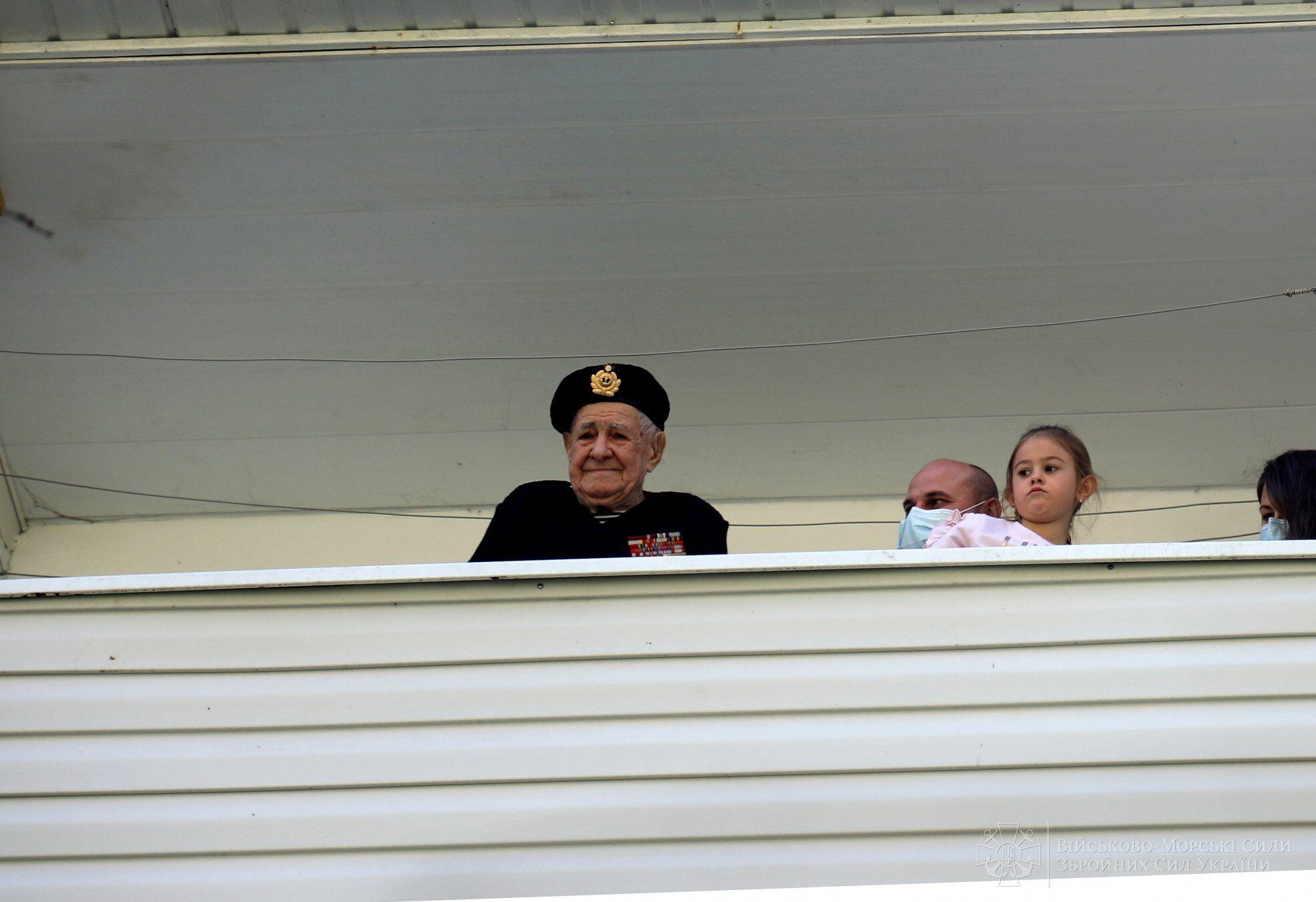 Ветеран вийшов на балкон і привітав присутніх