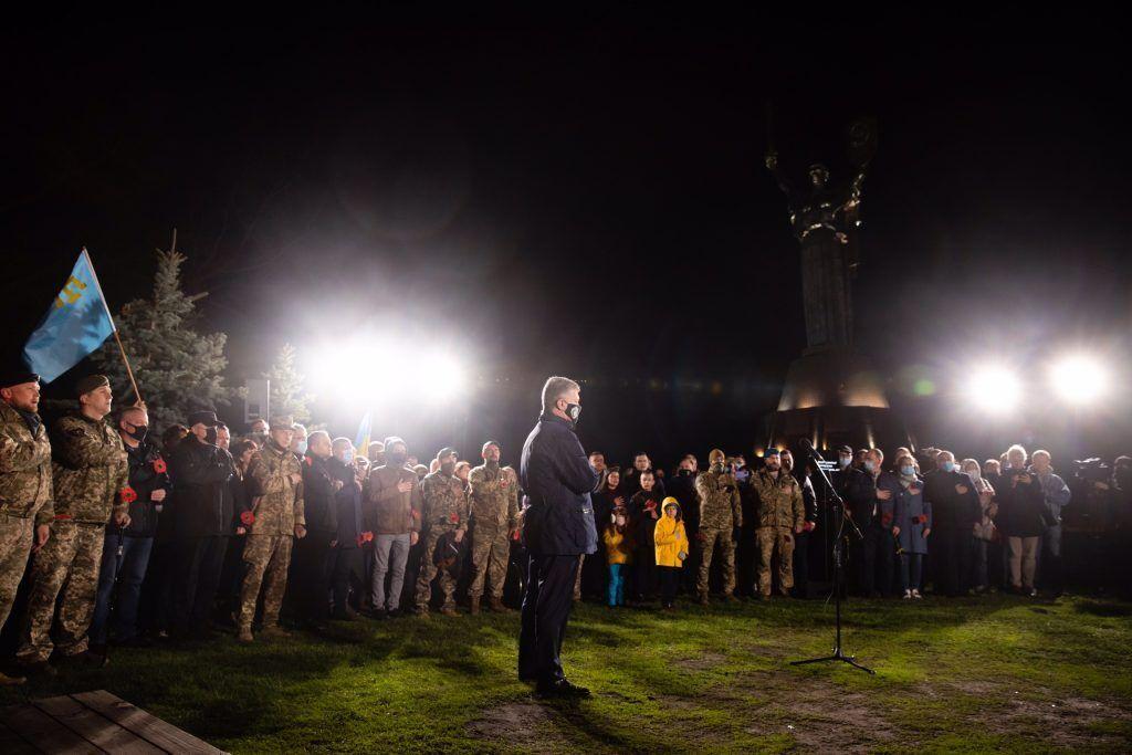 """Порошенко в річницю Перемоги на нацизмом: Путін каже """"Можем повторить"""", а ми – """"Ніколи знову"""""""
