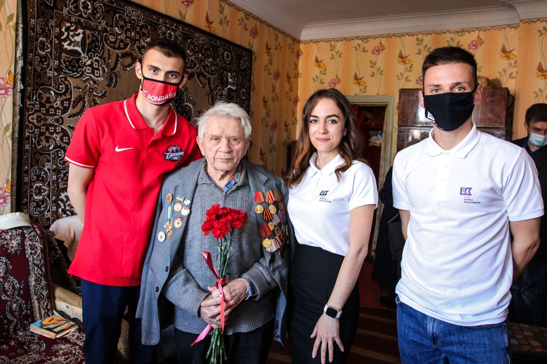 День Победы над нацизмом: ветеранов на Донбассе поздравили благотворители и спортсмены