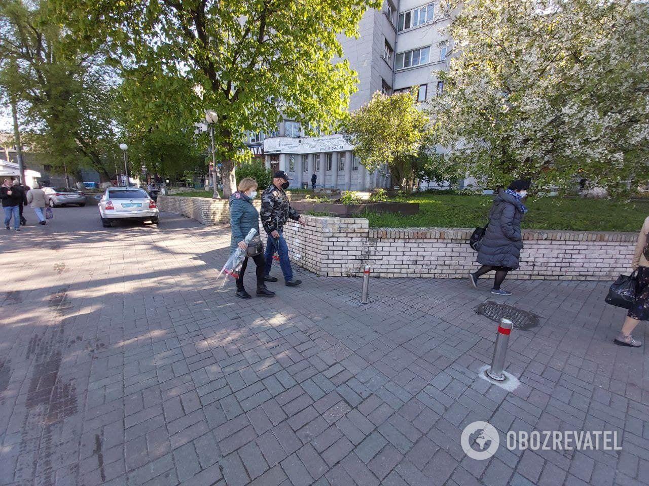 Люди несуть квіти до парку Вічної Слави.
