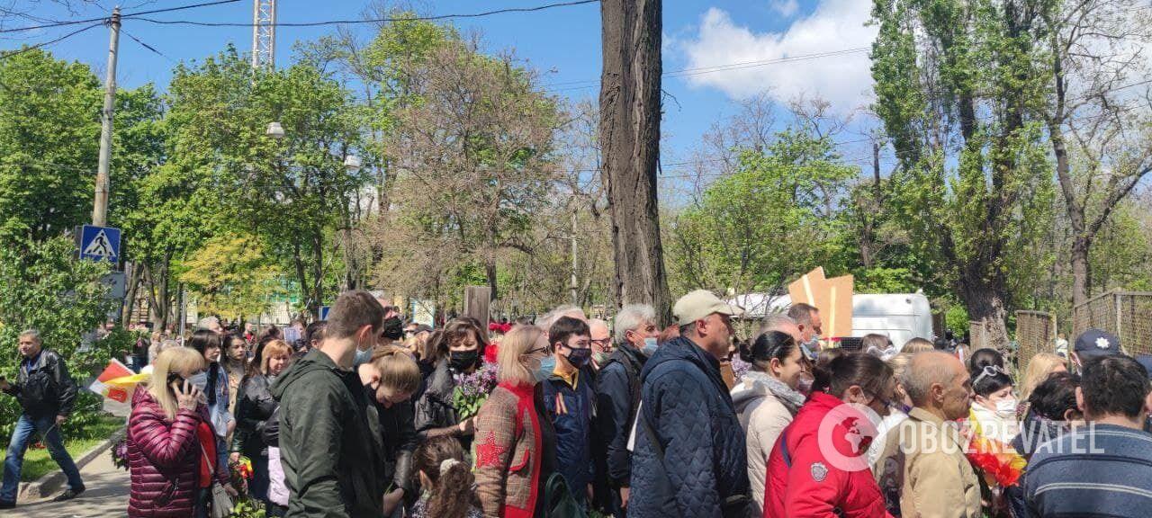 Одесити поклали квіти до пам'ятника Невідомому матросу на Алеї Слави