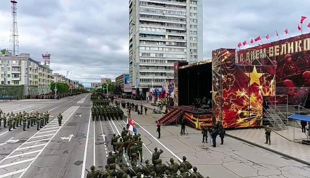 """В Луганске оккупанты устроили """"военный парад"""" по разбитым дорогам. Фото"""