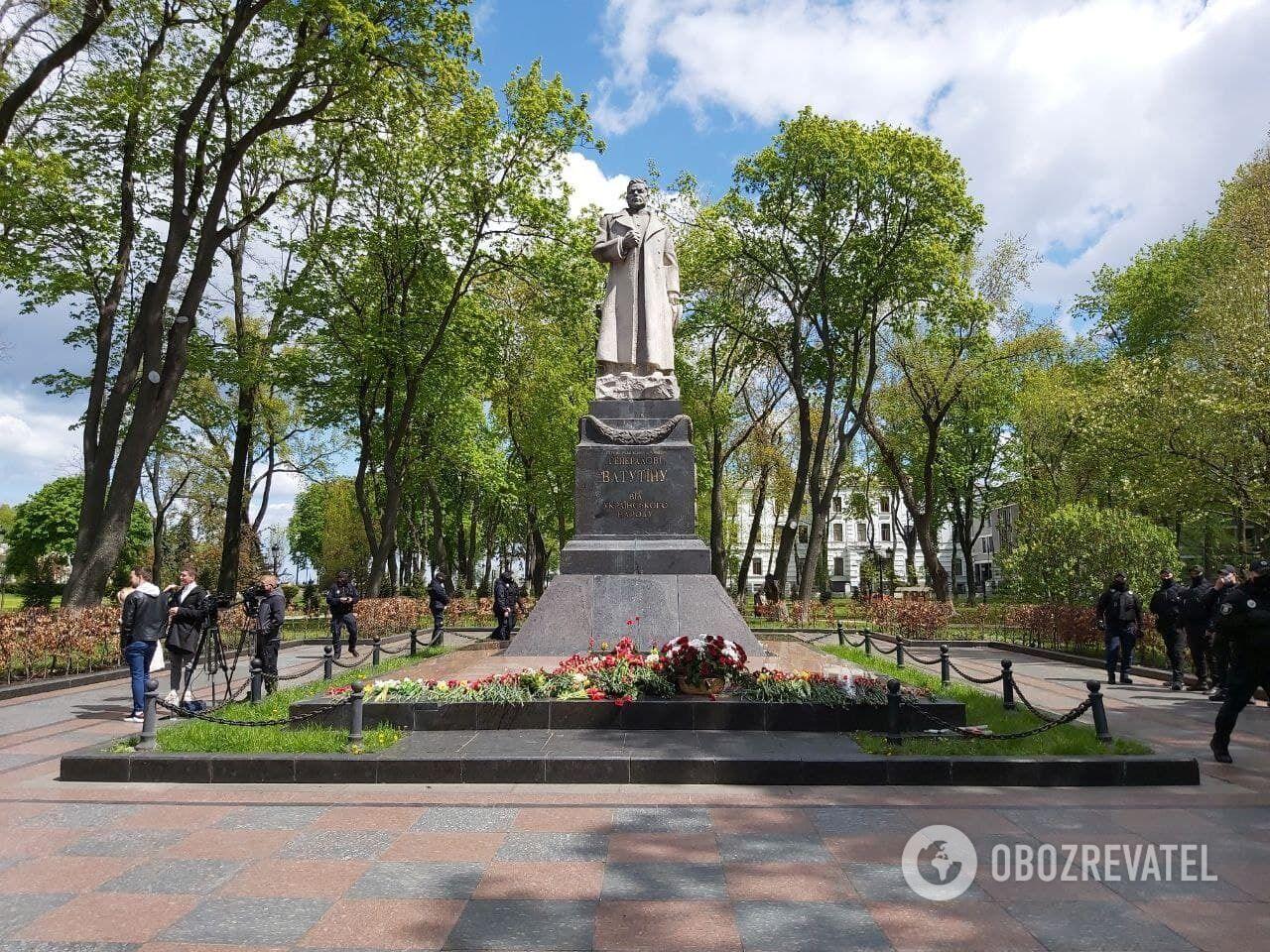 Біля могили Миколи Ватутіна майже нікого не було.