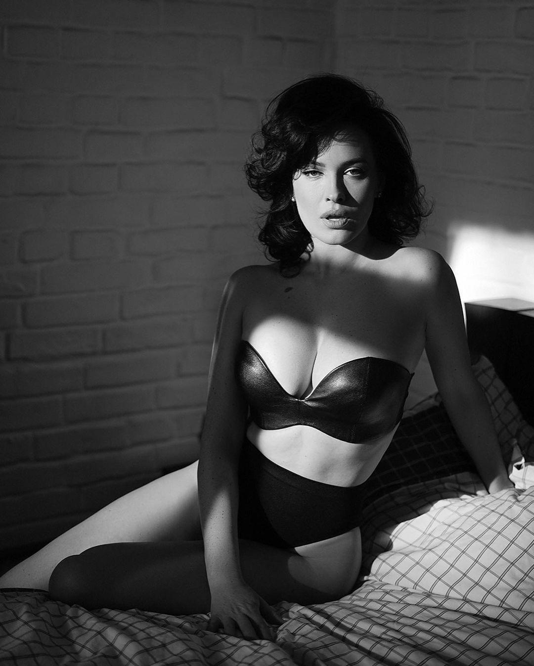 Даша Астаф'єва сексуально позує на камеру