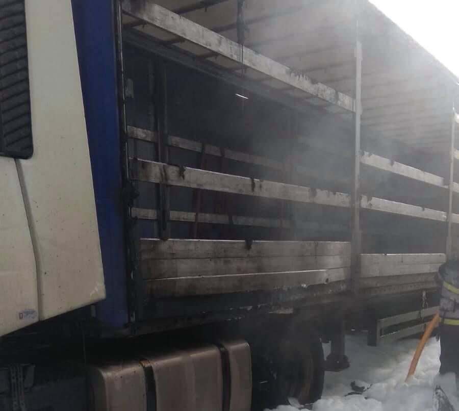 Вогонь пошкодив і сусіднє вантажне авто