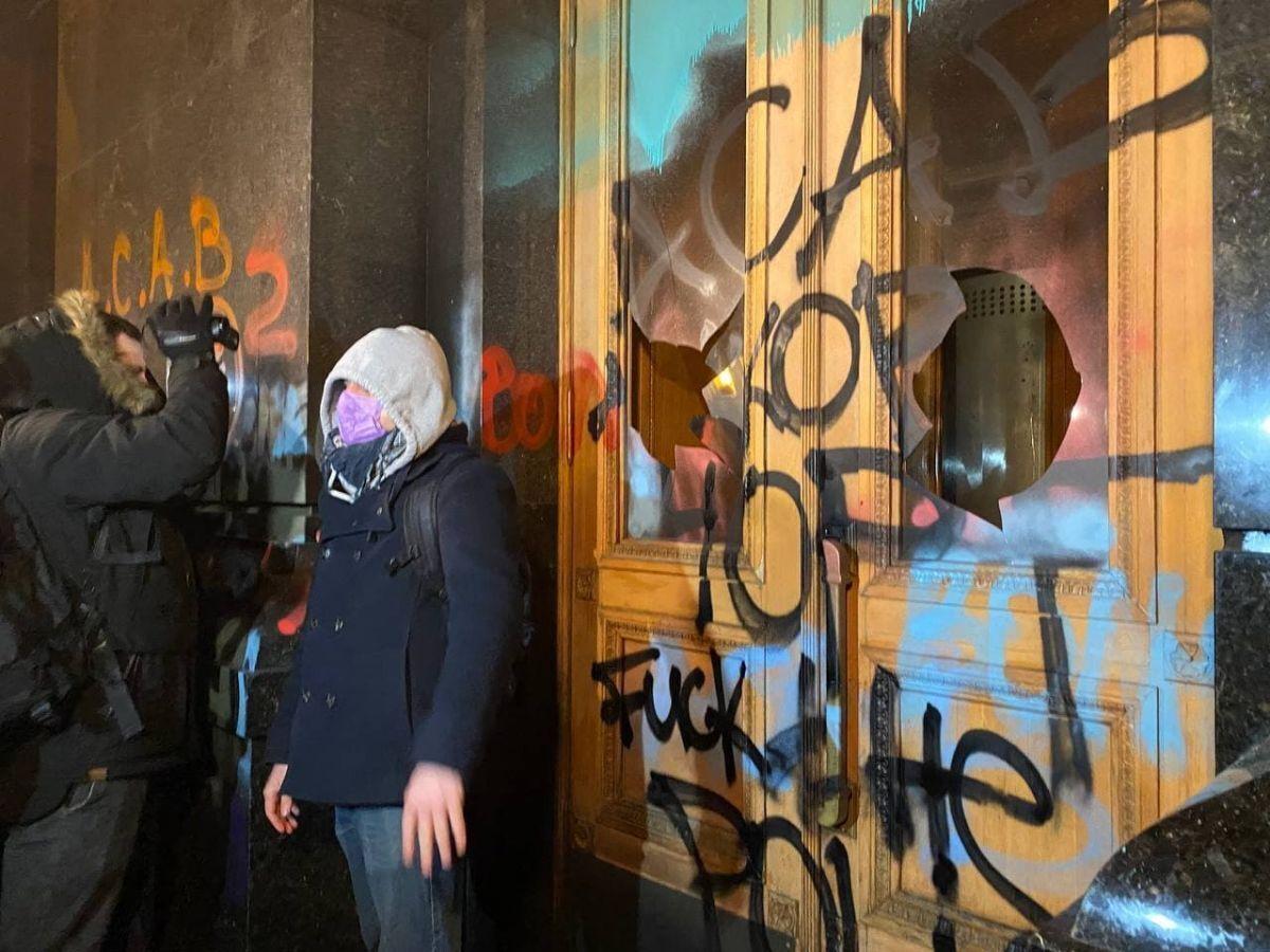 Так двери выглядели после акции протеста