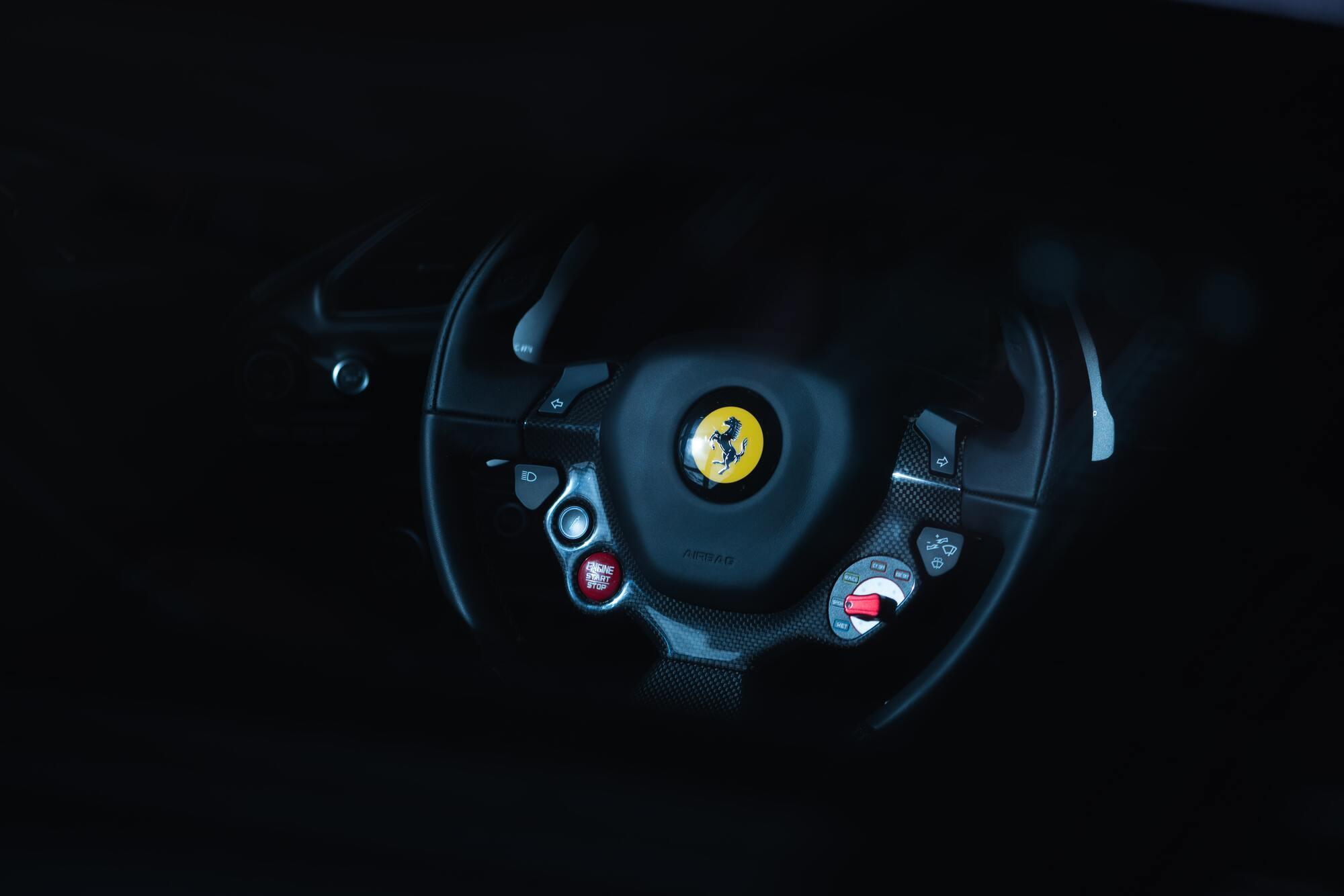 Логотип Ferrari впервые появился именно на гоночных автомобилях Scuderia Ferrari