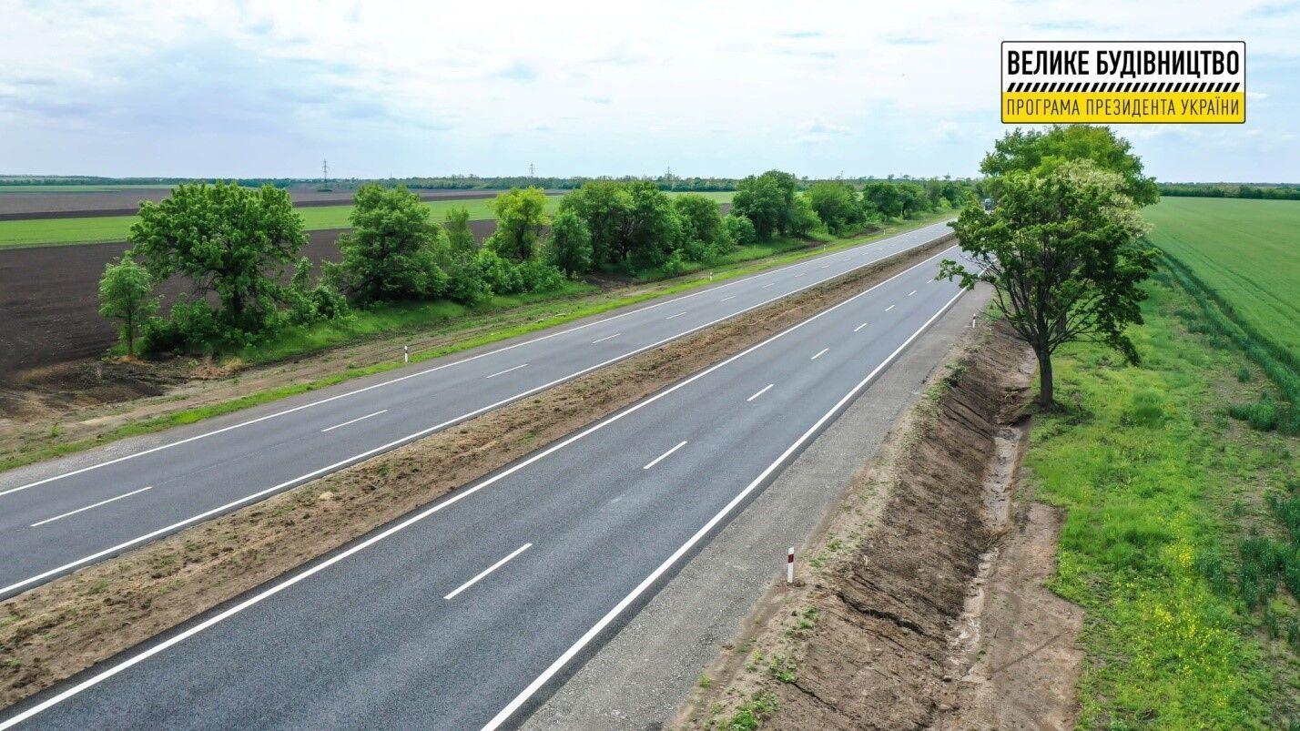 Вдоль дороги построили новые автобусные остановки и привели в порядок придорожную полосу