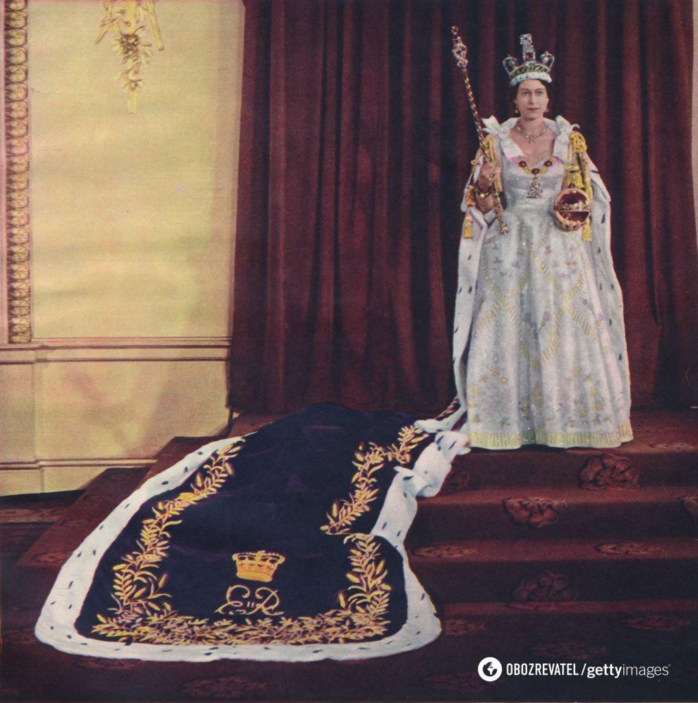 Елизавета II выбрала шелковое платье с золотыми нитями, цветами и растениями.