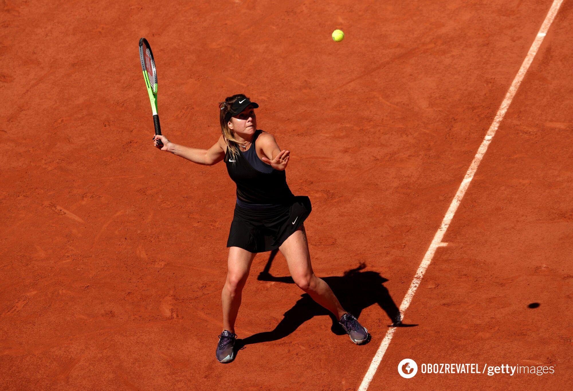 Элина Свитолина принимает мяч.