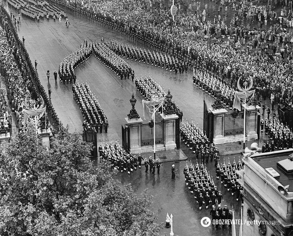 В праздничной процессии участвовали 16 тысяч человек.