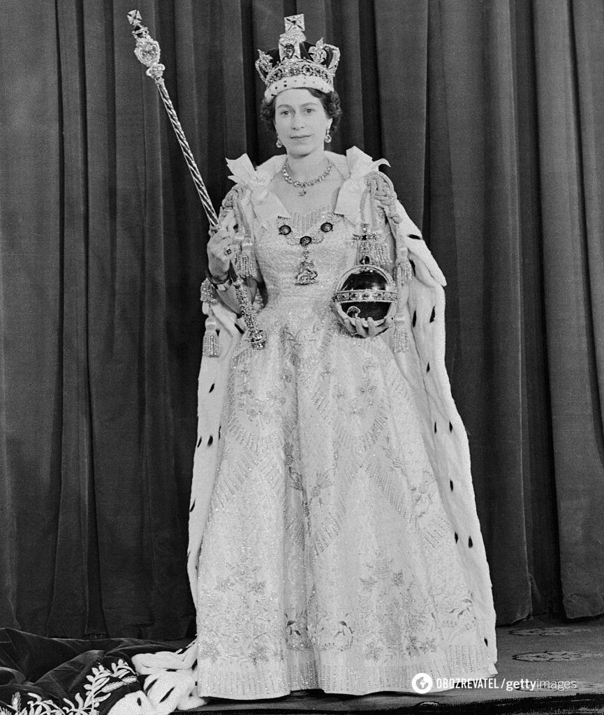 Королевское платье модельер создавал полгода.