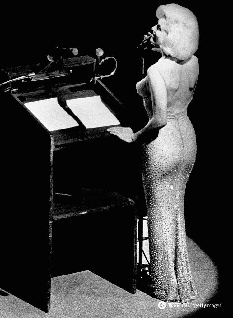 """""""Голе"""" плаття, в якому діва виступала на дні народження Кеннеді."""