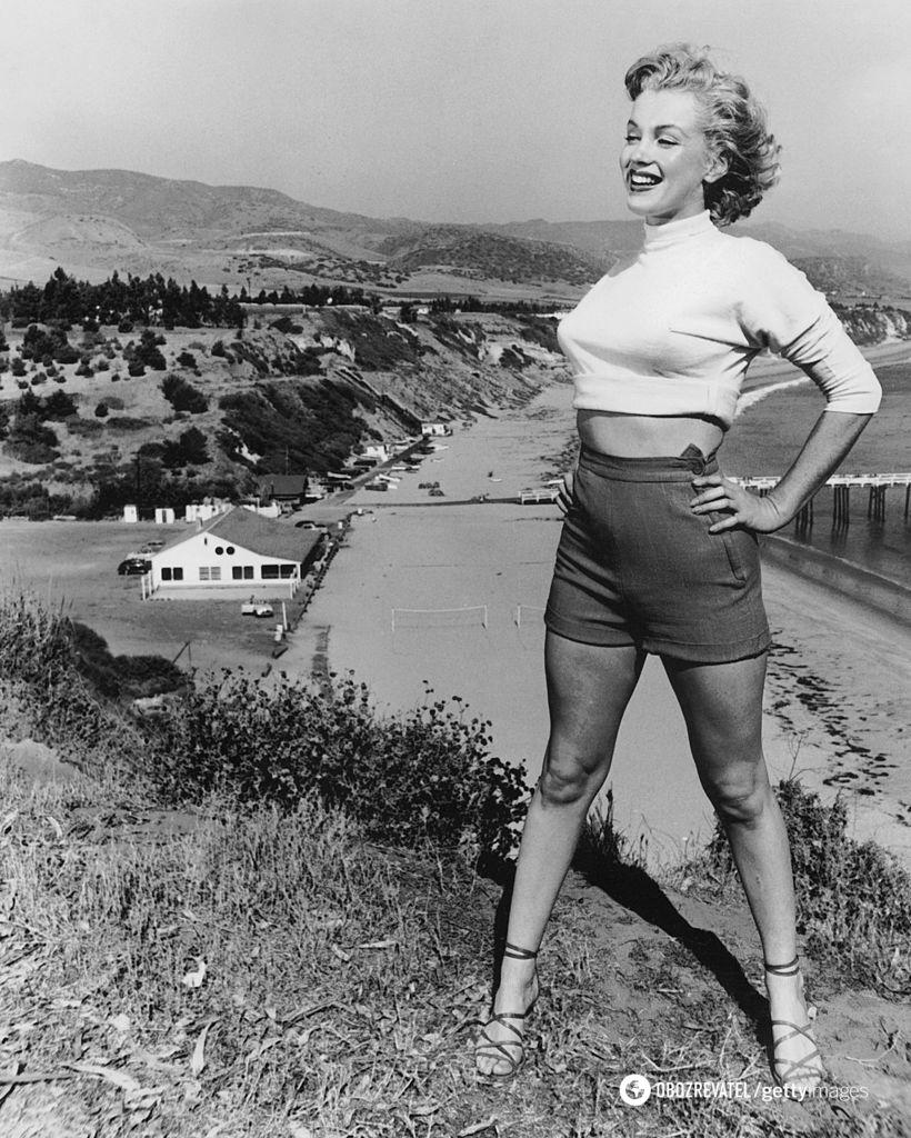 Мерлін носила укорочену водолазку, босоніжки і шорти з високою посадкою