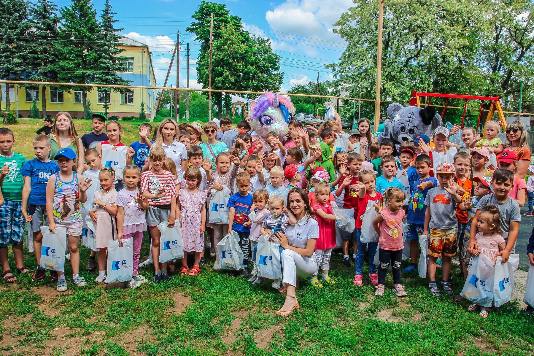 День захисту дітей на Донбасі: змагання з плавання, катання на ковзанах, солодощі та аніматори