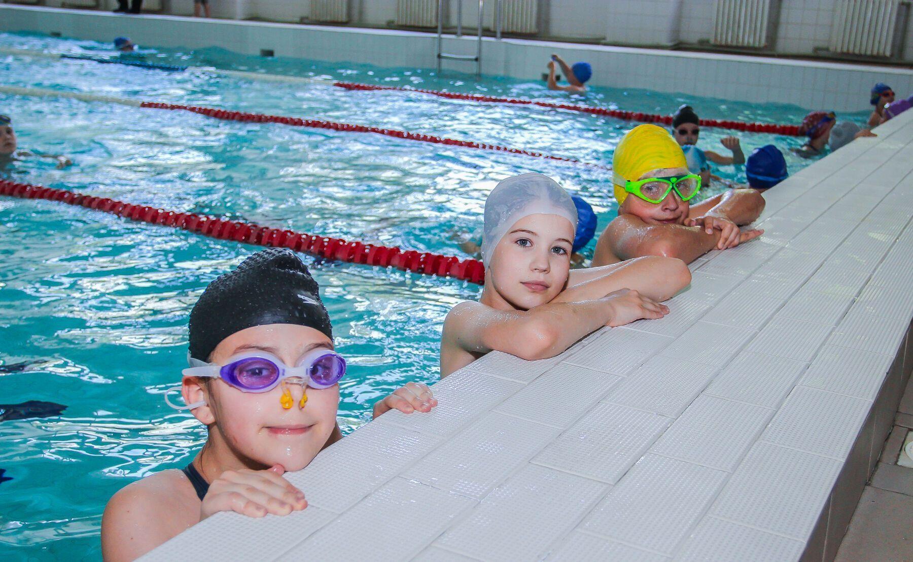 У басейні провели змагання для старших груп