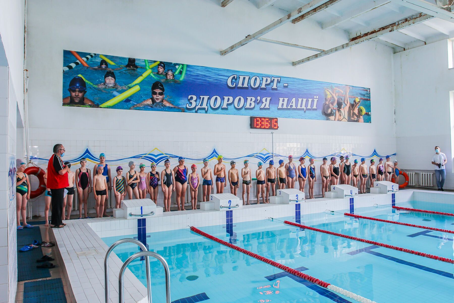 Фонд провів показові змагання в басейні для старших груп