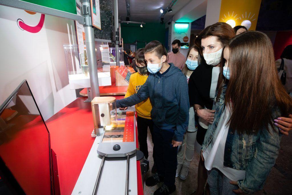 Марина Порошенко у Міжнародний День захисту дітей запросила школярів з родин учасників війни до Музею науки