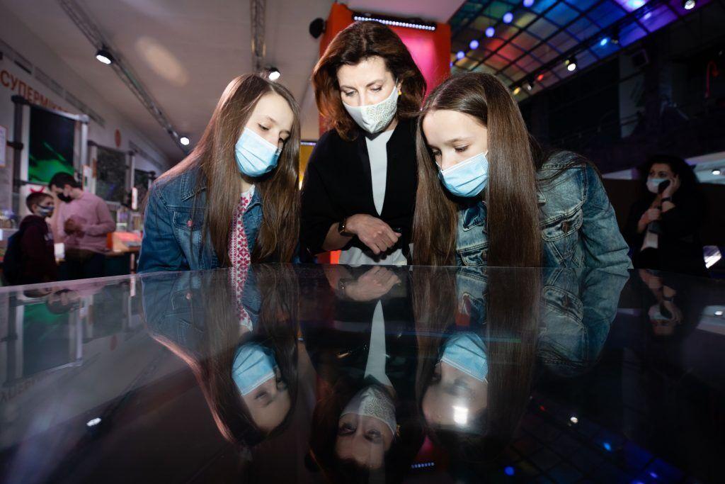 Марина Порошенко з дітьми українських захисників відвідала Музей науки