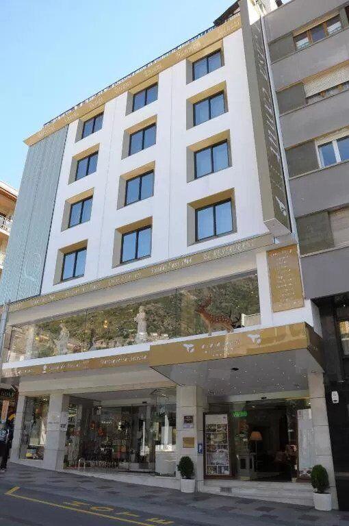 Уличный вид на отель, который купил Месси