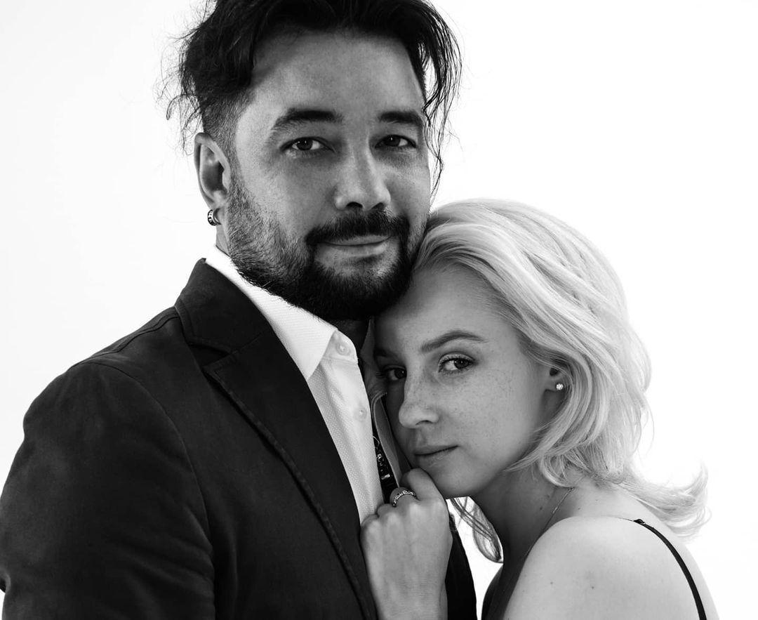 Ростислав Мурзагулов и Ульяна Тригубчак смотрят в объектив