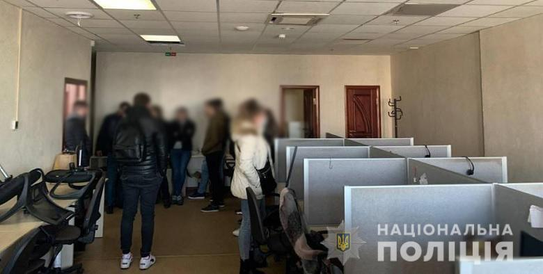 В Киеве коллекторы угрожали людям и выбивали из них деньги.