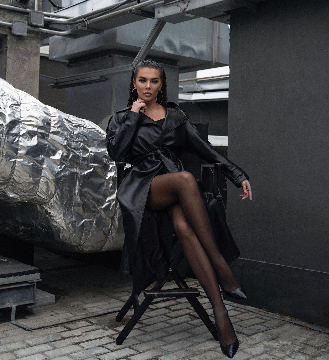 Анна Седокова позирует в стильном наряде