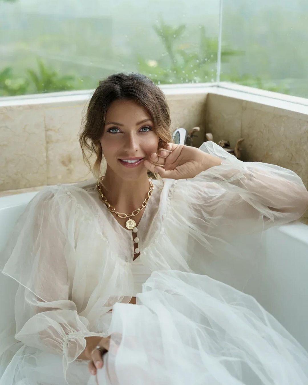 Регіна Тодоренко позує в елегантній сукні