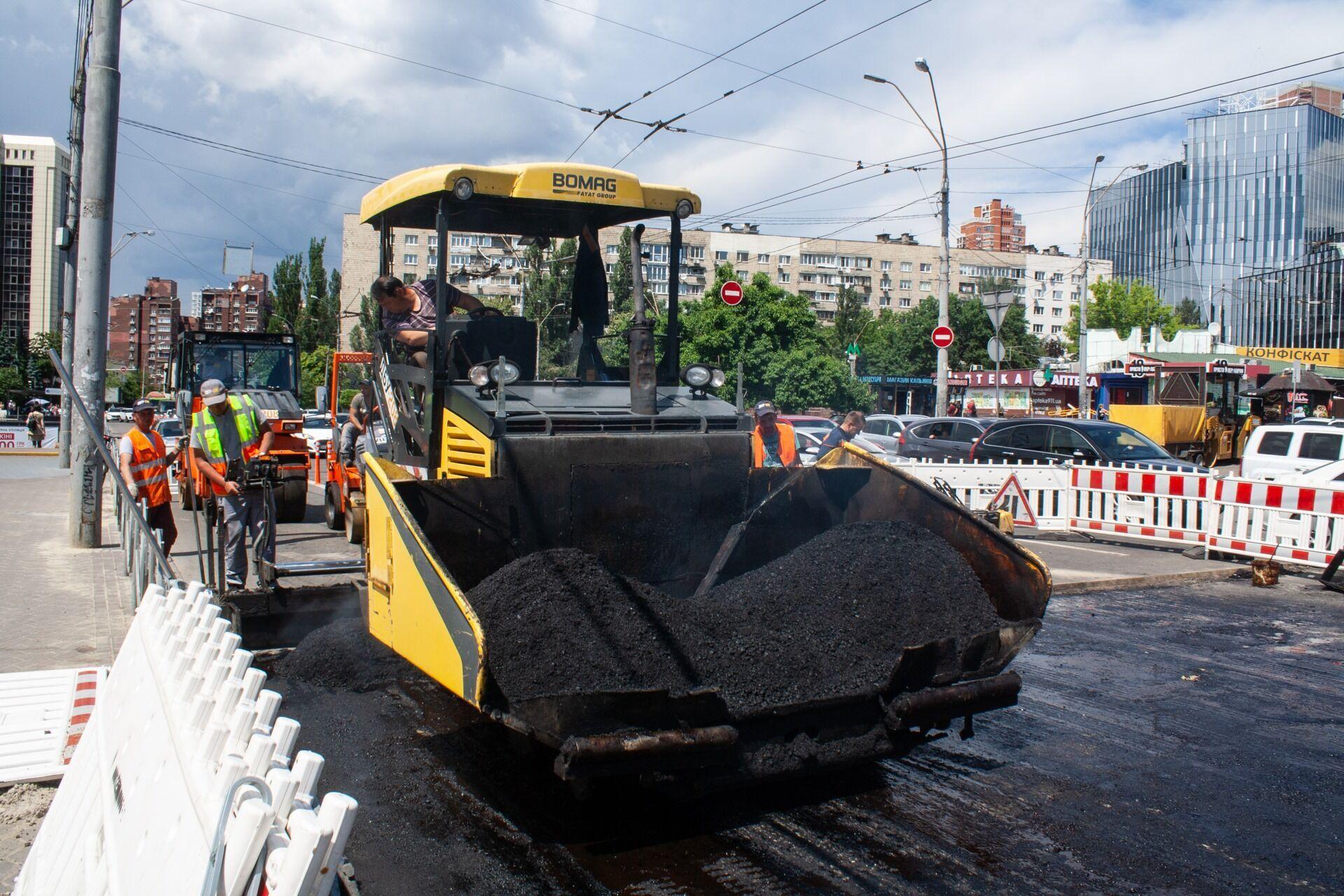 Дорога была разрушена после прорыва на магистральном трубопроводе.