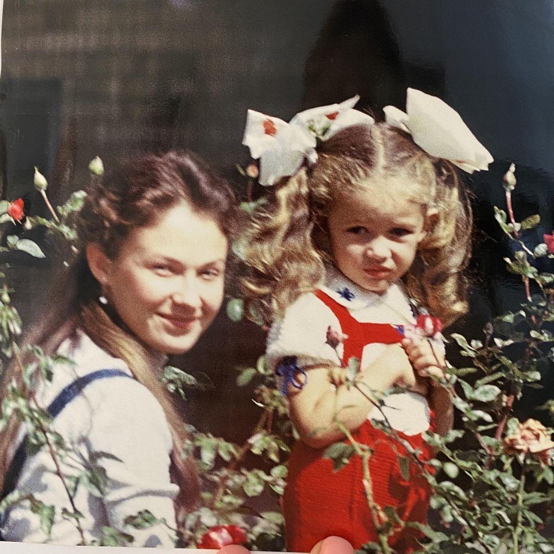 Ольга Куриленко с мамой в детстве
