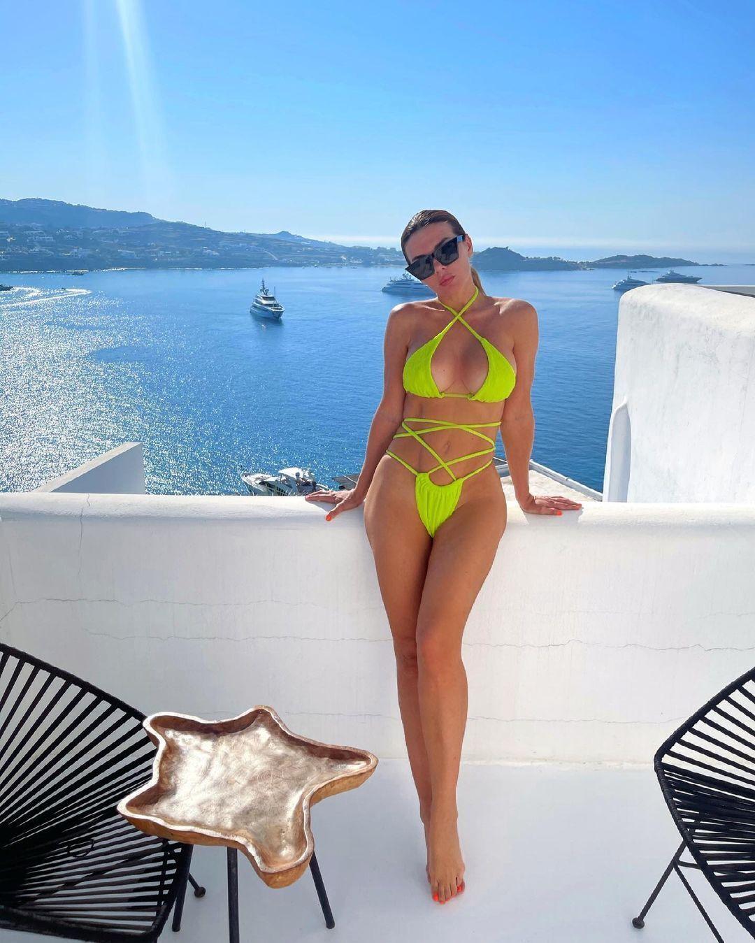 Анна Седокова позирует в откровенном купальнике