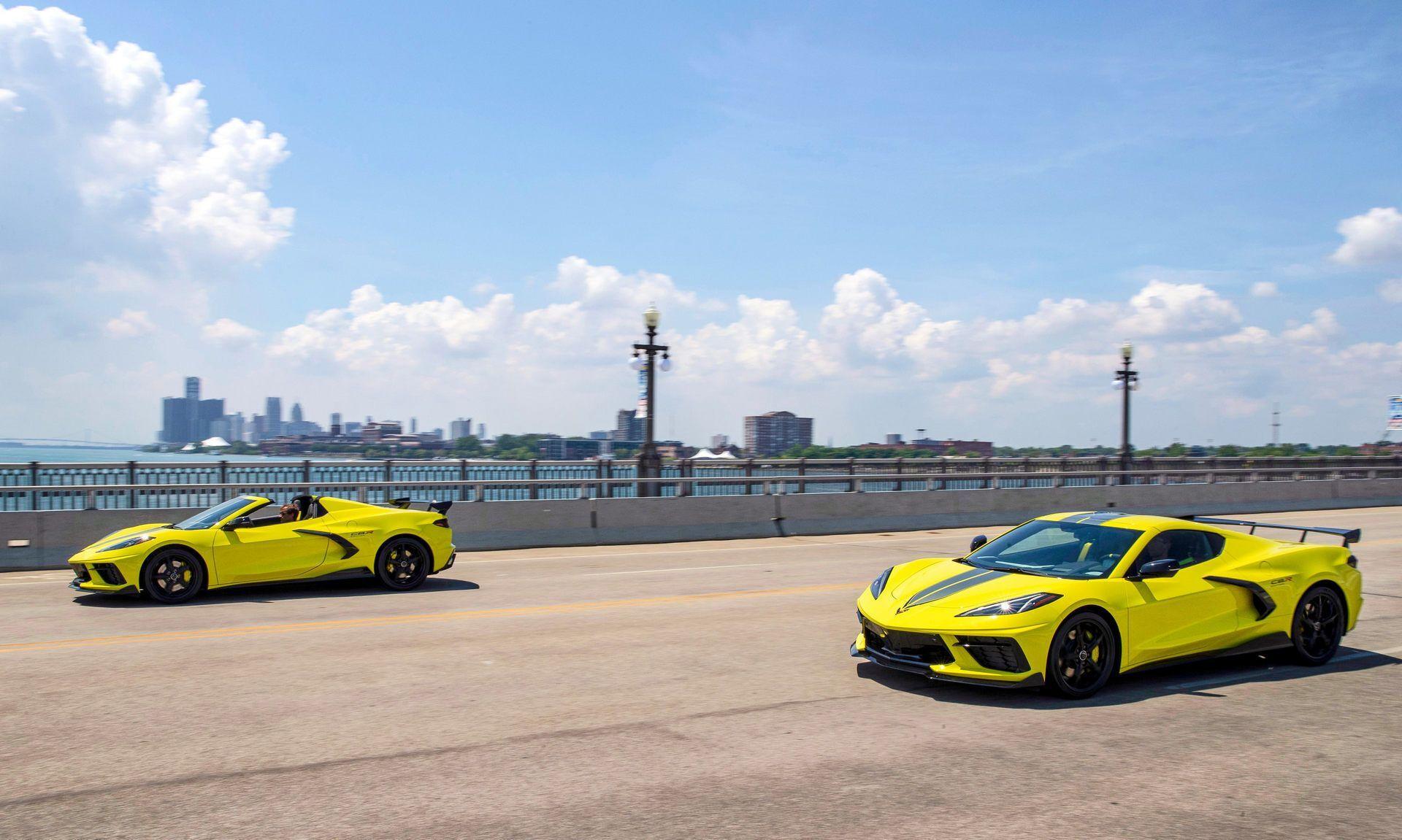 Corvette Stingray предлагается в двух вариантах – купе и кабриолет
