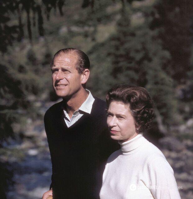 Королева Елизавета на прогулке с мужем, 1970 год