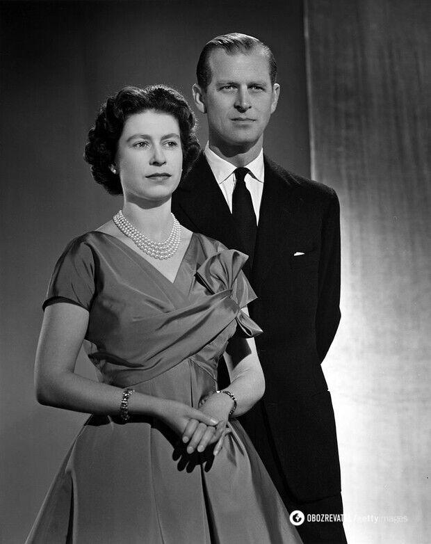 Королева Елизавета II и принц Филипп позируют в Букингемском дворце для рождественского портрета. Декабрь, 1958 год