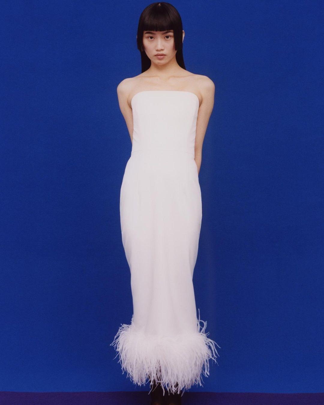Весільна сукня з пір'ям.