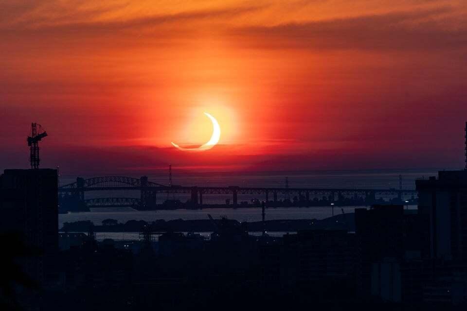 Світ спостерігав яскраве сонячне затемнення. Фоторепортаж
