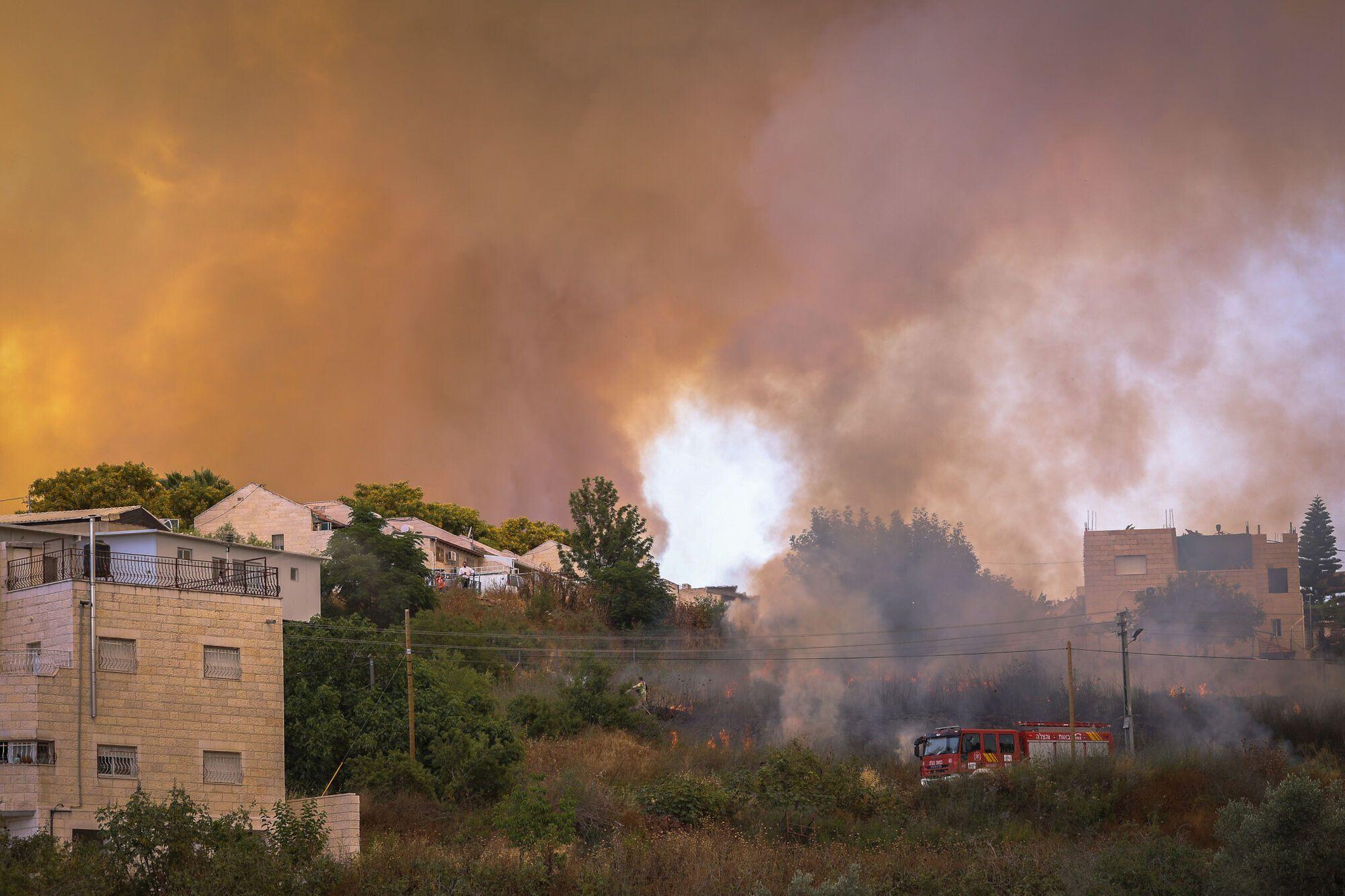 З вогнем борються рятувальники.