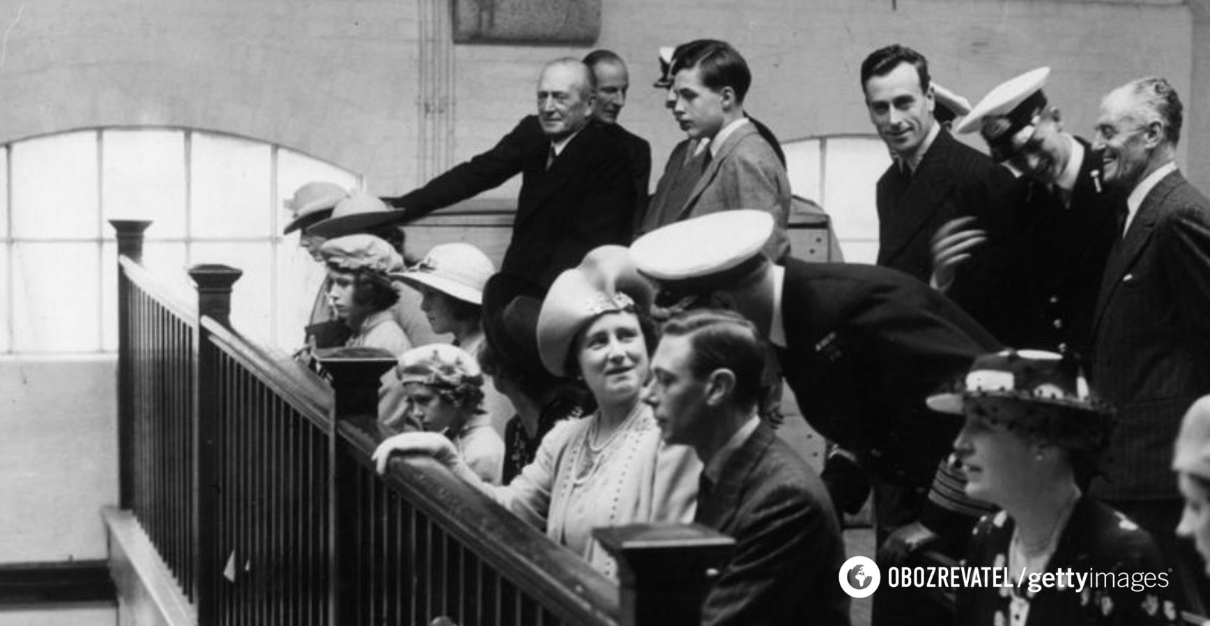 Принцесса Елизавета (сидит третья слева) в часовне Королевского военно-морского колледжа в Дартмуте со своими родителями. Молодой кадет, принц Греции и Дании Филипп (стоит второй справа). Июль 1939 года