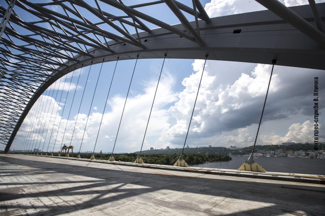 На мосту вже повністю натягнуто ванти арочної конструкції
