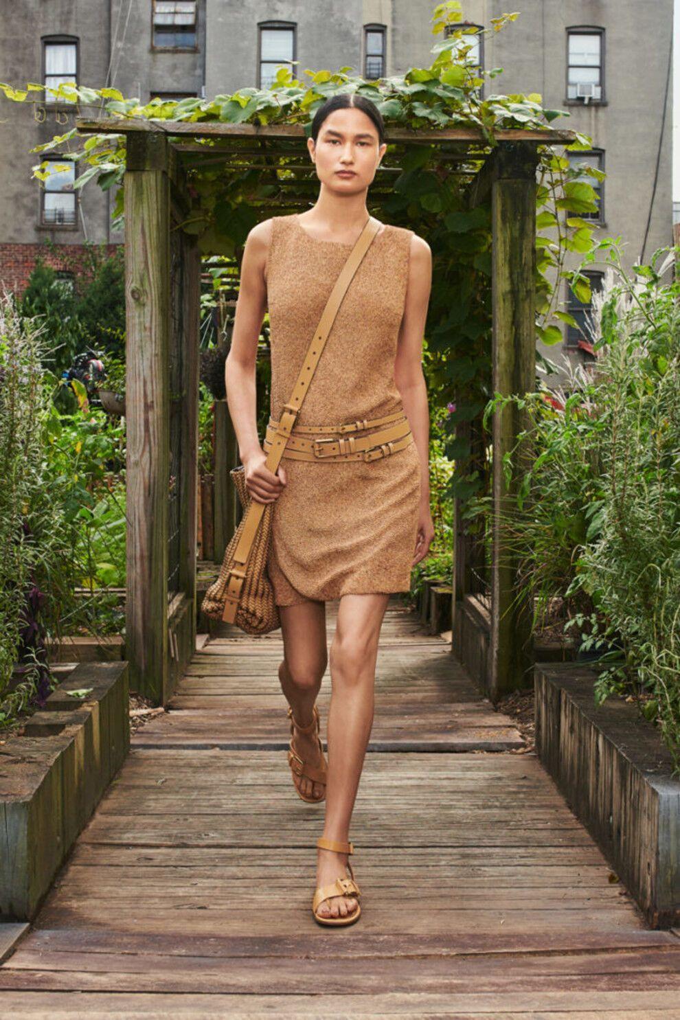 На піку популярності бежеві сукні
