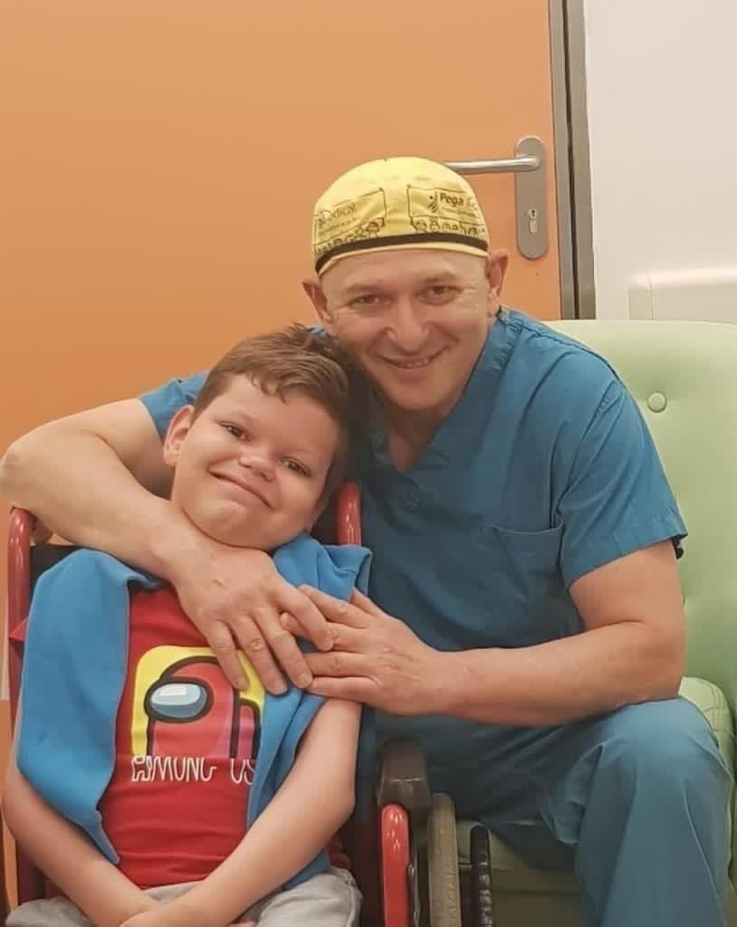 В 9 лет Миша после операции, проведенной Марком Эйдельманом, сделал первые в своей жизни шаги.